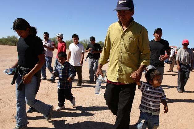 immigrants_family_border_rtr_328.jpg