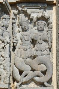 naga_et_nagini_temple_de_chennakeshava_c3a0_belur_inde_14319408898
