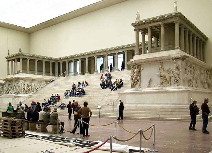 1200px-pergamonmuseum_pergamonaltar
