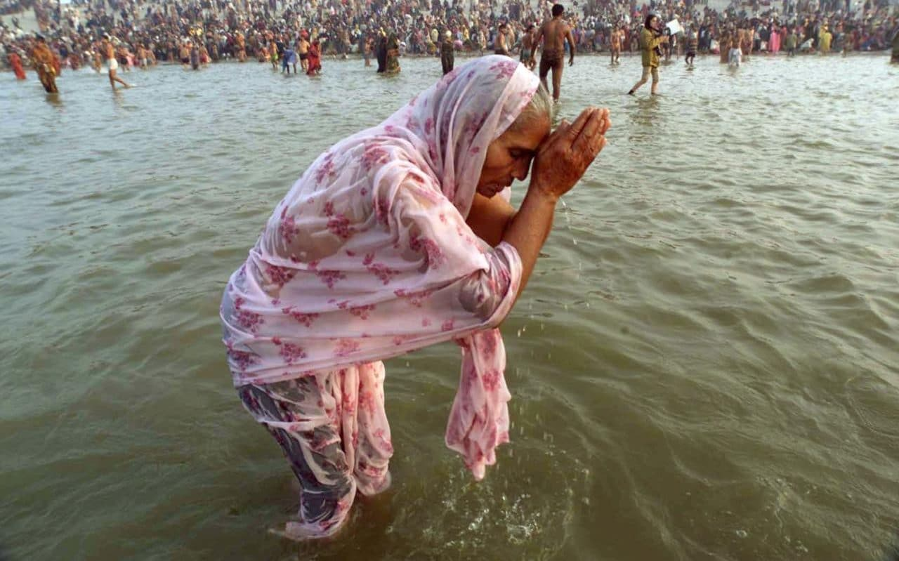 4207365_a_hindu_woman_bathes_in_the_ganges_river_on_the_first_day_of_the_kumbh_mela_festival_in_alla-xlarge_trans_nvbqzqnjv4bqmuac98d-ja8s9oi1lbgosvxf650nygcxiusn5qkxotq