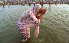 4207365_a_hindu_woman_bathes_in_the_ganges_river_on_the_first_day_of_the_kumbh_mela_festival_in_alla-xlarge_trans_nvbqzqnjv4bqmuac98d-ja8s9oi1lbgosvxf650nygcxiusn5qkxotq