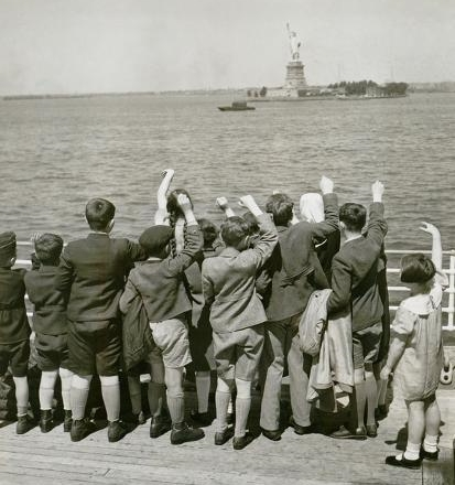 jewish-refugee-children-waving-at-the-statue-of-liberty-from-ocean-liner-1939_u-l-pii2df0