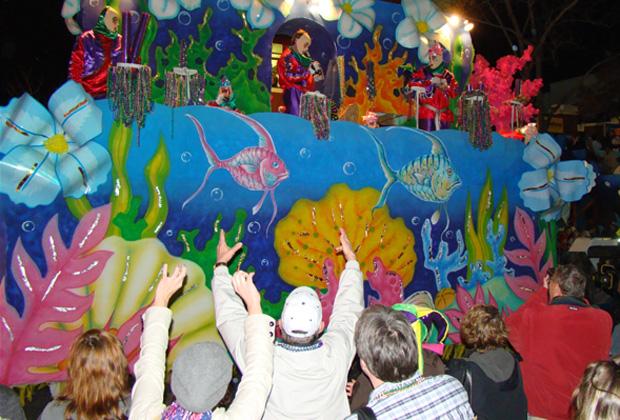 parade-crowd